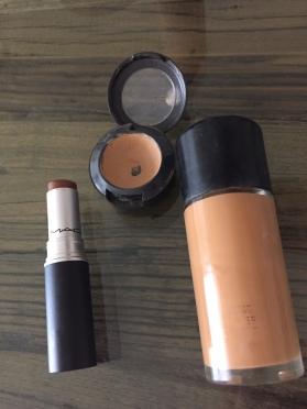 Los productos utilizados: base/corrector claro y oscuro para iluminar y tonalizar