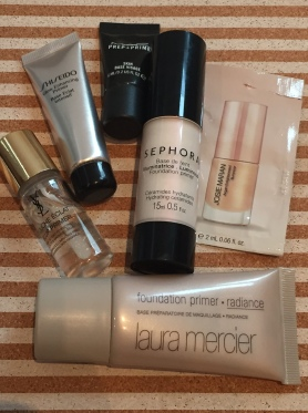 """Primers: YSL y MAC, tienen un efecto más perlado. Shiseido, Laura Mercier y Josie Maran es bien satinado. La de Sephora es un """"ni""""...la verdad, no a uso porque no me gusta la fragancia que tiene"""